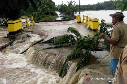 Rumah tergenang dan jalan amblas akibat banjir di Kabupaten Agam