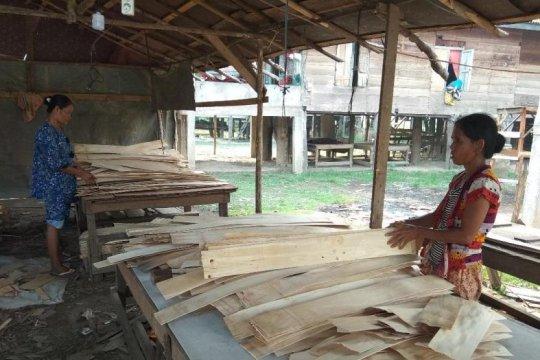 Wanita Desa Sarang Burung punya pekerjaan sampingan rangkai kayu lapis