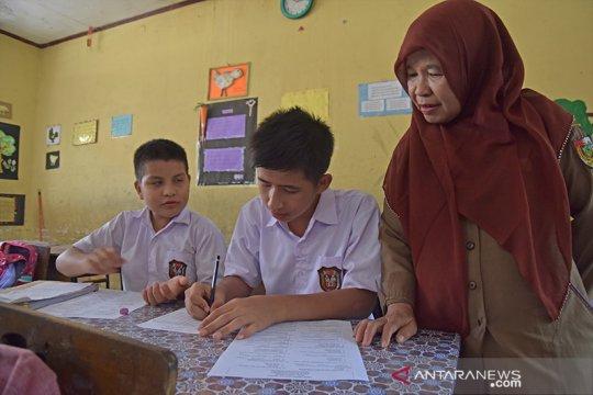 Puluhan anak imigran di Pekanbaru ikut ujian SD pertama kali