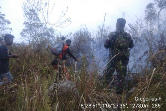 Petugas masih berjuang padamkan api di Gunung Rinjani