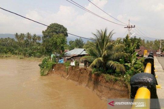Hujan, puluhan rumah di bantaran sungai di Tapsel terancam longsor