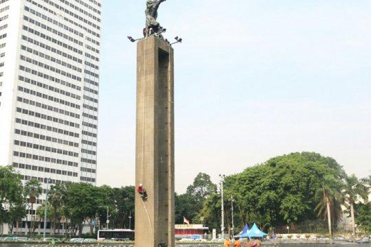 Greenpeace lepas spanduk di Patung Selamat Datang di Bundaran HI