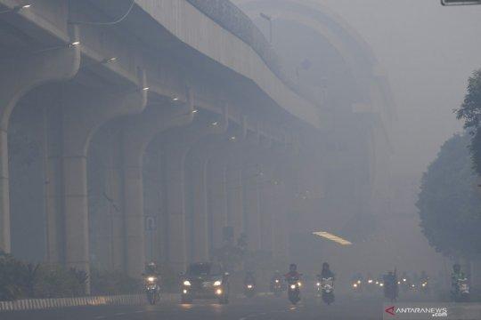 Kota Palembang masih diliputi kabut asap pekat