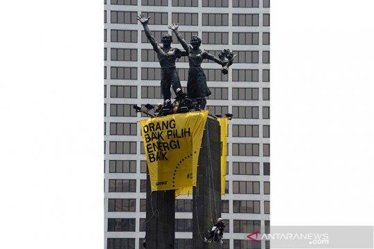 Peserta aksi pembentangan spanduk di Bundaran HI masih bertahan