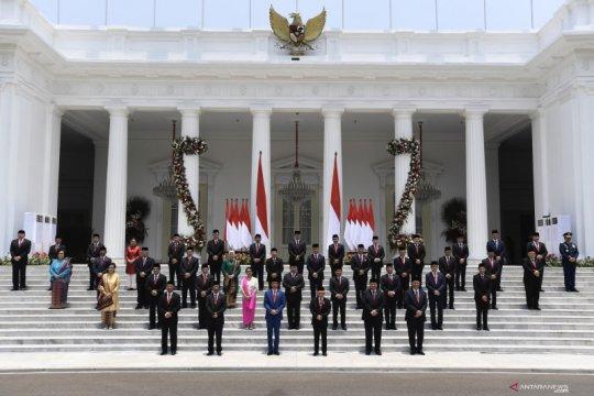 Presiden berfoto bersama Kabinet Indonesia Maju