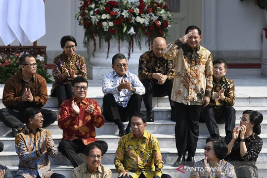 Peneliti Jokowi tangkap makna pengumuman kabinet di tangga istana