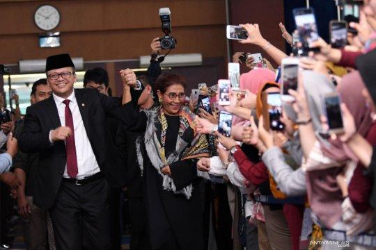 Susi Pudjiastuti menyerahterimakan jabatan Menteri Kelautan dan Perikanan kepada Edhy Prabowo