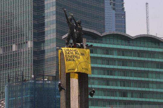 Kemarin, spanduk raksasa di Bundaran HI hingga dilema UMP DKI 2020