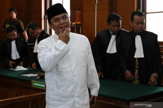 Gus Nur khusyuk jadi makmum shalat magrib di sela pemeriksaan polisi