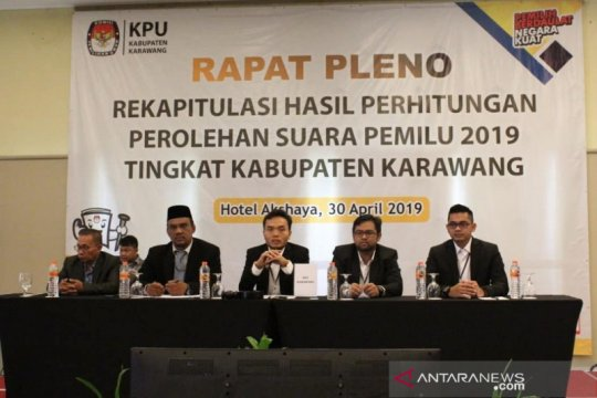 Seorang anggota KPU Karawang diberhentikan karena melanggar kode etik