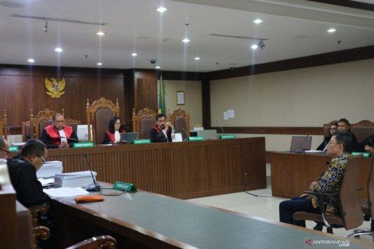 2 pengusaha dituntut 2,5 tahun penjara karena suap Bupati Lamteng