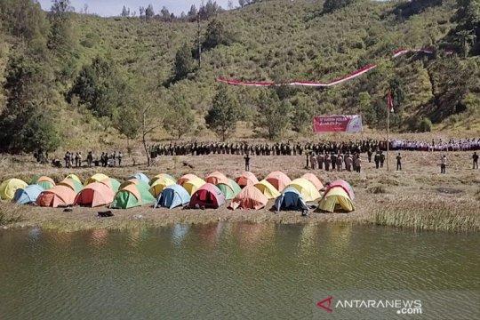 Ratusan orang gelar upacara sumpah pemuda di kaki Gunung Semeru
