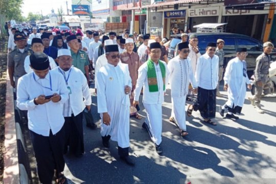 Hari Santri, Bupati Aceh Barat dan ribuan santri pawai jalan kaki