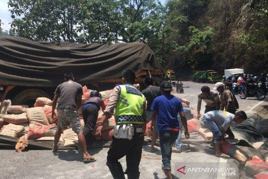 2 pedagang asongan tewas tertabrak truk di Cadas Pangeran Sumedang
