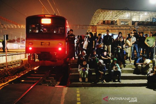 Perjalanan kereta di Stasiun Manggarai kembali normal Senin pagi