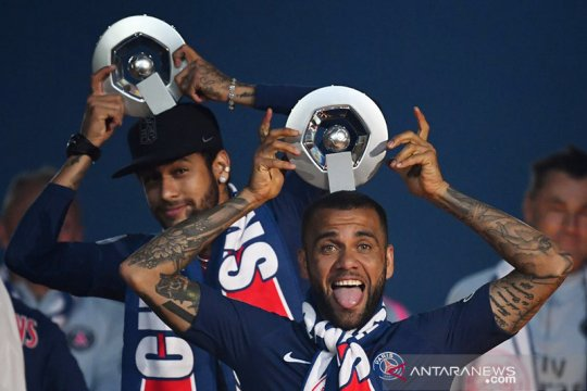 Neymar sesensitif anak kecil, kata Dani Alves
