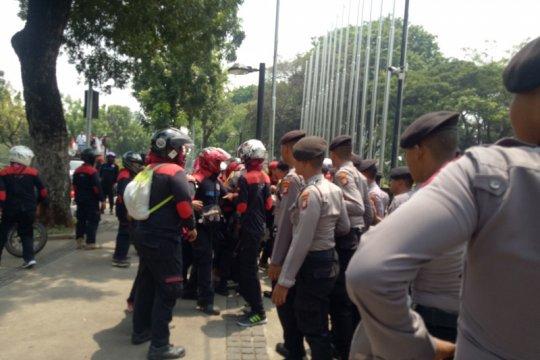 Massa FSPMI mulai berdatangan di depan Balai Kota DKI