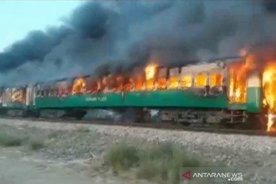 Tabung gas meledak di kereta Pakistan, 10 tewas