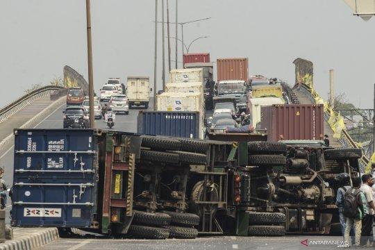 Truk kontainer terguling di Kranji Bekasi