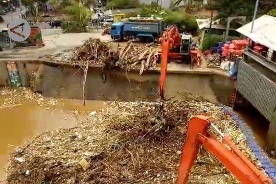 Petugas bersihkan sampah di Pintu Air Manggarai