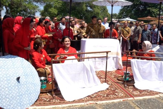 Jokowi membatik cap di Pura Mangkunegaran Solo