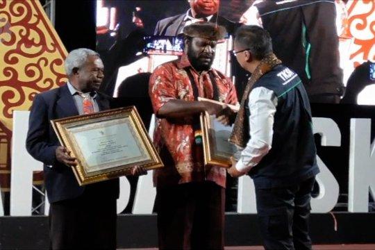 Penghargaan bagi dua tokoh masyarakat Papua dari Mensos