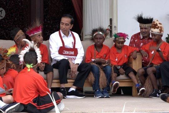 Tawa canda presiden bersama perwakilan siswa SD Papua