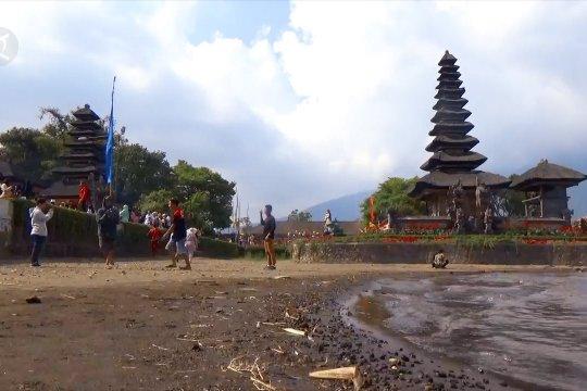 Meski airnya surut, Danau Beratan Bali tetap ramai didatangi wisatawan