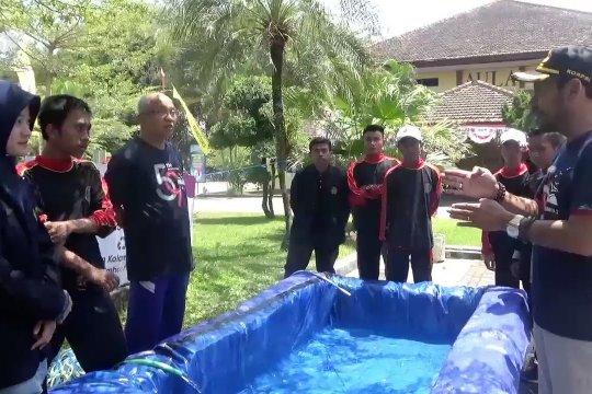Kolam ikan dari sampah plastik minuman kemasan