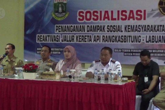 Ratusan KK di Pandeglang terima uang kerohiman