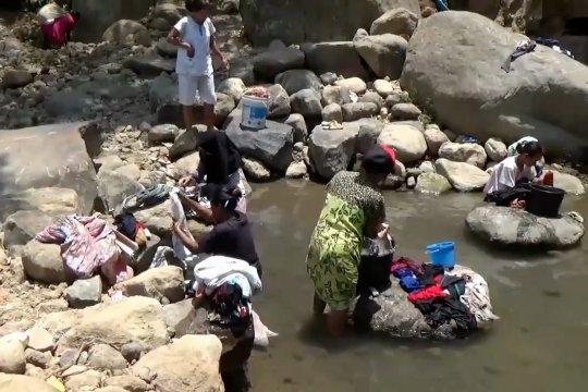 Droping air tidak cukup, warga konsumsi air sungai