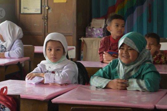 Anak imigran mulai bersekolah di SD Negeri Riau