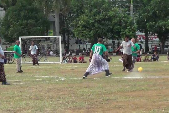 Serunya sepakbola sarung batik peringati Hari Batik