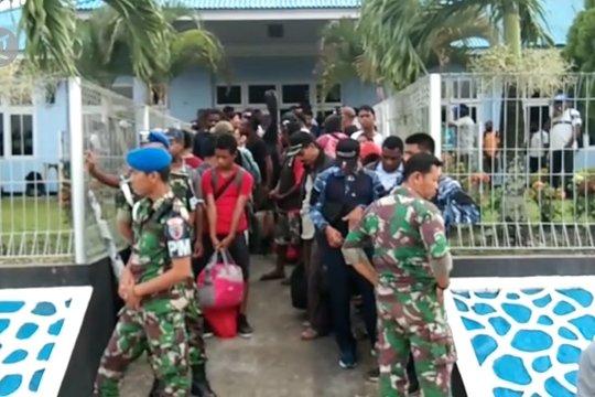 TNI AU pulangkan pengungsi pelajar dan guru Wamena