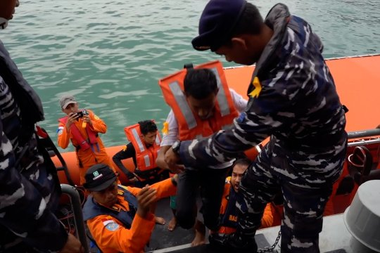 Basarnas evakuasi pengungsi Rohingnya di laut