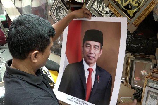 Pedagang poster jual empat varian foto Jokowi-Ma'ruf