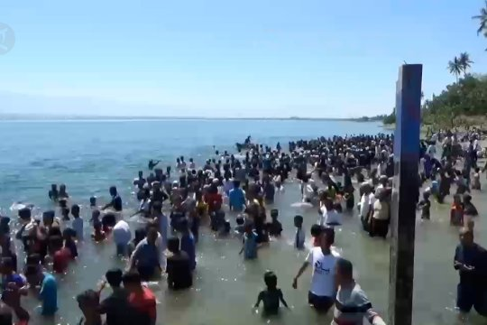 Ribuan warga Palu mandi safar untuk tolak bala