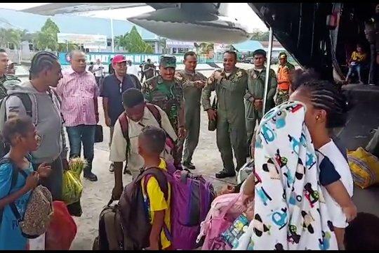 TNI-AU terbangkan 87 pengungsi asal Sumut ke Wamena