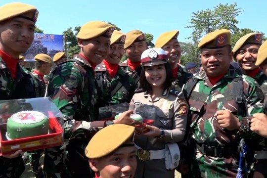 HUT TNI Ke-74, Polwan Polda Jabar hadiahkan kue kepada TNI