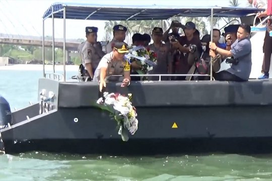 Tabur bunga mengenang tragedi jatuhnya Lion JT 610