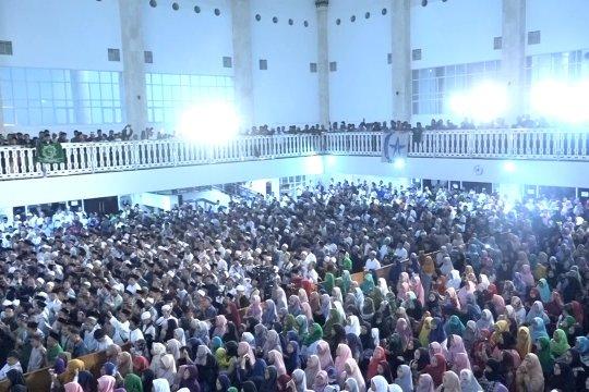 Malam puncak hari santri, ribuan santri doakan perdamaian Indonesia