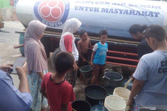 2 juta liter air bersih disalurkan Indocement selama kemarau 2019
