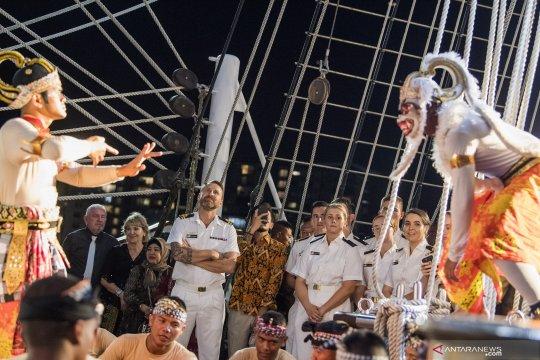 Pagelaran budaya Indonesia di KRI Bima Suci saat bersandar di Darwin