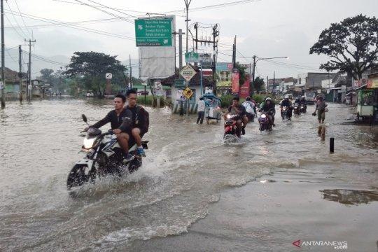 Banjir di Banjaran Kabupaten Bandung memutus akses jalan raya
