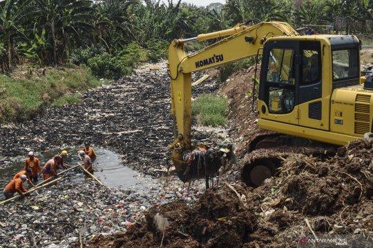 Pengangkatan sampah  aliran Kali Jambe