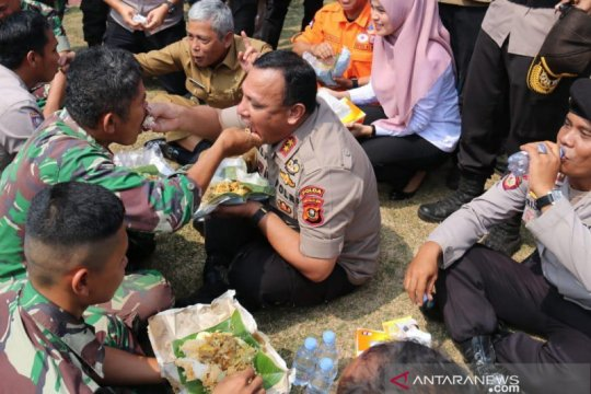 Kapolda Sumsel makan bersama 850 personel satgas Karhutla