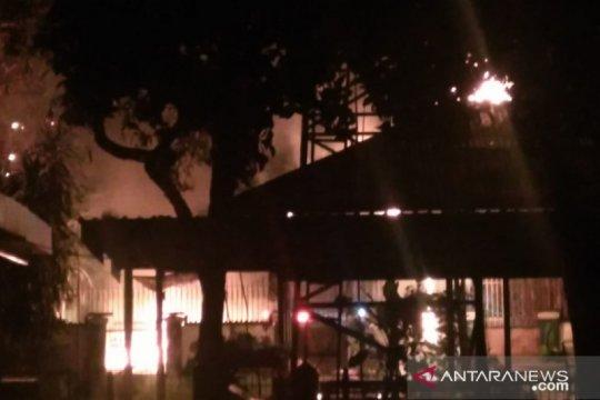 Pemilik kios bensin eceran Pulo Gadung terluka dalam kebakaran