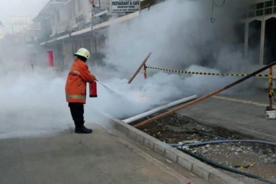 Damkar Jakpus padamkan percikan api di jaringan kabel trotoar Cikini