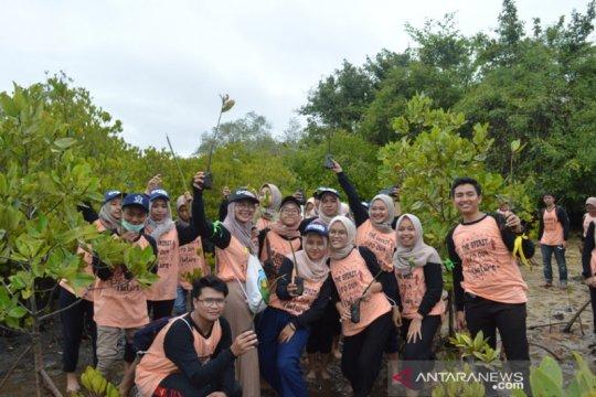 Pengunjung Pantai Clungup-Malang diberikan pendidikan ekologi