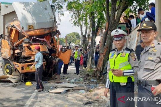 Diduga rem blong, truk kontainer hantam sejumlah kendaraan